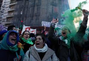 Ativistas pró-legalização do aborto se concentraram nas ruas de Buenos Aires na quarta e madrugada de quinta, durante votação. Foto: Martin Acosta / Reuters