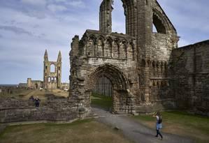 As ruínas medievais da Catedral de St. Andrews, na zona litorânea da cidade escocesa Foto: David Azia / The New York Times