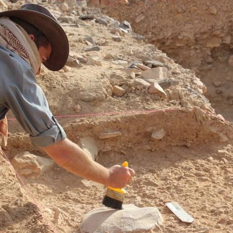 Ceri Shipton, líder da pesquisa, na escavação no sítio arqueológico de Saffaqah, na Arábia Saudita: falta de curiosidade e progresso tecnológico provavelmente contribuiu para fim da espécie Foto: Divulgação/ANU