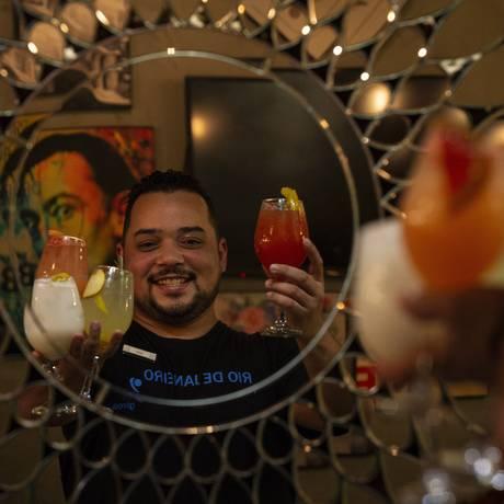 Leiz Santos, do Garoa Bar Lounge, consegue segurar até quatro copos de drinques na mão: festas em casa de clientes Foto: Alexandre Cassiano / Agência O Globo