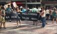 Mobilização: manifestantes estenderam faixa em frente à prefeitura para reivindicar uma solução Foto: Divulgação