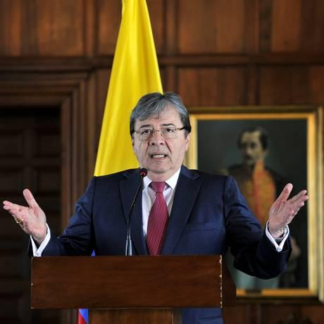O novo ministro do Exterior da Colômbia, Carlos Holmes, em sua primeira entrevista coletiva em Bogotá Foto: CARLOS JULIO MARTINEZ / REUTERS