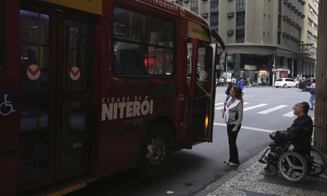 Tentativa frustrada. O servidor público Álvaro Eduardo Salgado tenta embarcar em ônibus da linha 66: três tentativas sem sucesso Foto: Pedro_Teixeira / Pedro Teixeira