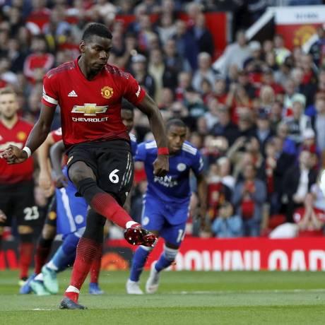 Pogba chuta para marcar, de pênalti, o primeiro gol do Inglês na vitória do United sobre o Leicester Foto: DARREN STAPLES / DARREN STAPLES/REUTERS