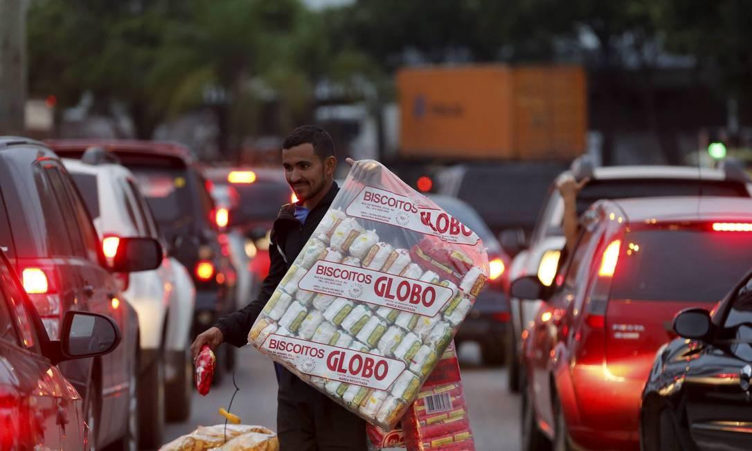 Ícone do Rio: ambulante vende pacotes de biscoito Globo em sinal Foto: Domingos Peixoto / Agência O Globo
