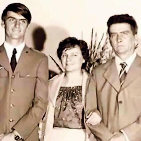 Jair Bolsonaro ao lado da mãe, Olinda, e do pai, Geraldo Foto: Arquivo de Família