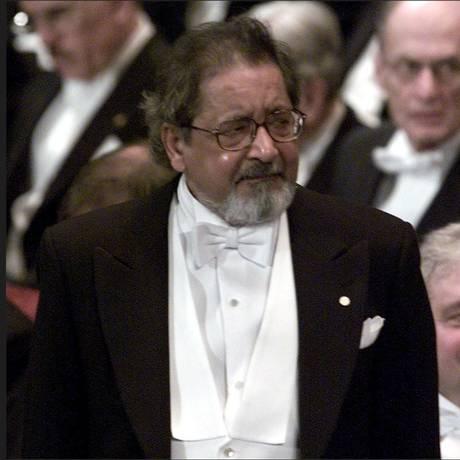 O escritor V.S. Naipaul na cerimônia de entrega do Prêmio Nobel de Literatura, em 2001 Foto: Reuters