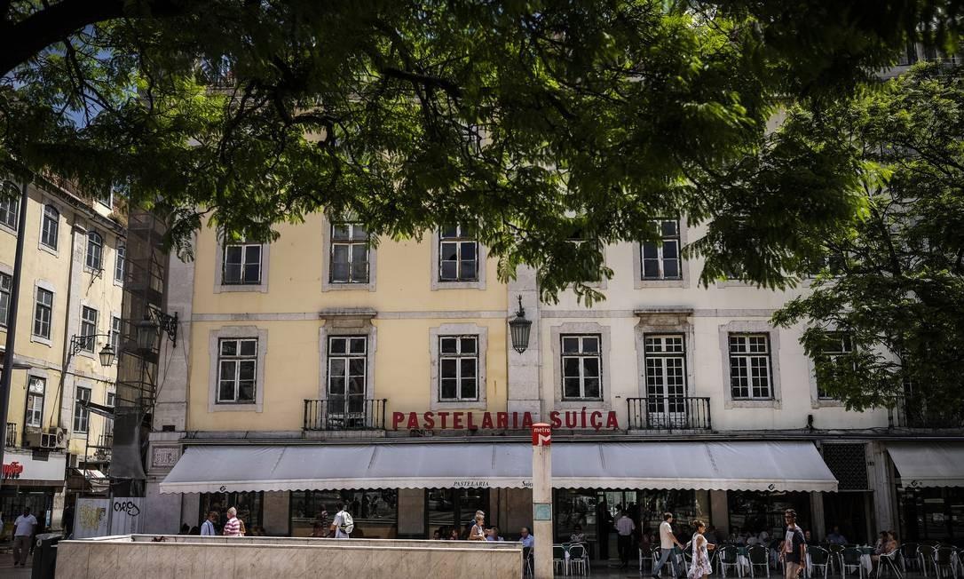 Últimos momentos. Clientes se sentam na varanda da Pastelaria Suíça, tradicional estabelecimento no bairro do Rossio, na capital portuguesa, Lisboa, que dará lugar a nova construção, capitaneada por grupo de acionistas espanhóis Foto: Bloomberg / Bloomberg/30-7-2018