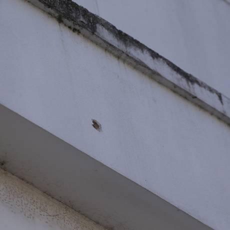 Marcas de tiro na parede do 2 andar do hospital onde idosa foi atingida por bala perdida Foto: Cléber Júnior / Agência O Globo