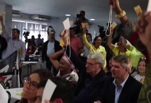 Com jaqueta preta e óculos, Márcio Lacerda (ao centro) vota pela anulação de convenção que lançou sua candidatura ao governo de MG Foto: Reprodução / Vídeo