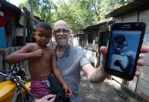 Enzo, de 5 anos, morador de uma das áreas mais carentes da Cidade de Deus, virou Batman pelas mãos do artista Jorge Gomes: projeto social melhora autoestima de crianças e oferece cursos profissionalizantes Foto: Agência O Globo / Fabiano Rocha