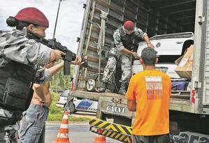Em busca de drogas, agentes da Força Nacional de Segurança vasculham carreta em Bom Jesus do Itabapoana Foto: Paulo Damasceno / EFE