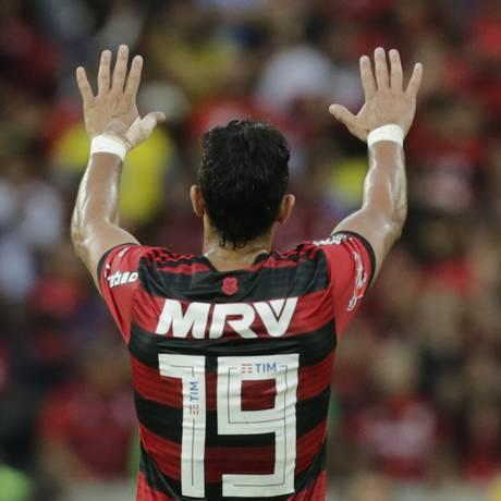 Henrique Dourado cumprimenta a torcida contra o Cruzeiro Foto: ANTONIO SCORZA / ANTONIO SCORZA