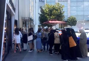 Clientes estrangeiros fazem fila fora das lojas em Istambul Foto: BLOOMBERG / Constantine Courcoulas