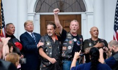 Donald Trump se reuniu, no sábado, com grupo de motociclistas que o apoiam, em seu resort de golfe em Bedminster, Nova Jersey, onde ele está de férias Foto: Reuters
