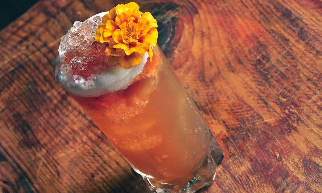 No Urukum. O Vulcão (R$32) é uma mistura levemente adocicada, suave e refrescante de chá mate da casa, rum envelhecido, xarope de açúcar, suco de limão e angostura (mix de especiarias) Divulgação/Rio Art Com