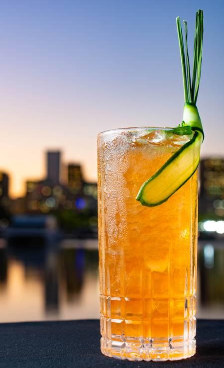Cítrico. O Gauguin, do Soho, leva rum escuro, aperol, angostura de laranja, suco de limão-siciliano, capim-limão, xarope de açúcar e pepino (R$ 24) Foto: LipeBorges / Divulgação
