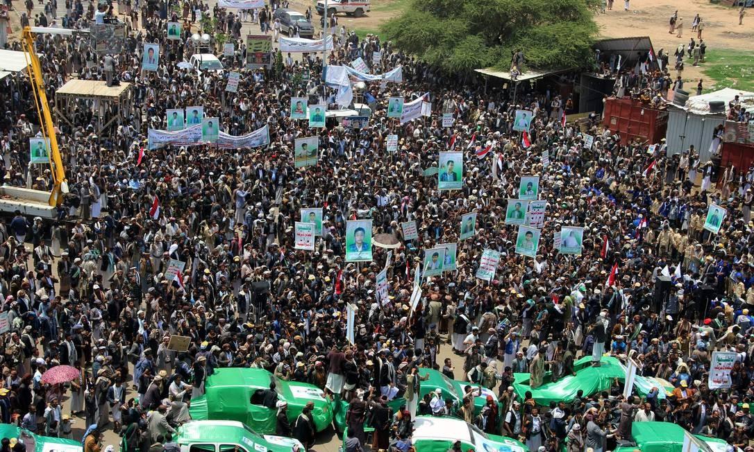 Pessoas se reúnem em funeral de 40 crianças mortas por ataque aéreo no Iêmen: cerimônia tambémserviu para reafirmar luta de houthis Foto: STRINGER / AFP