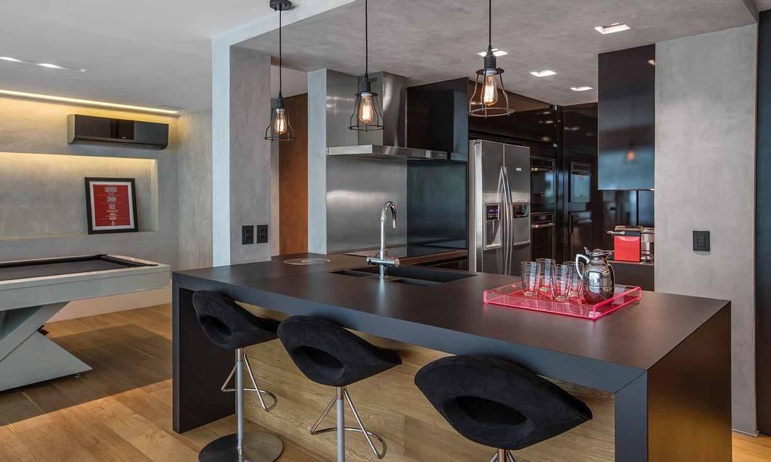 O apartamento de dois irmãos solteiros em Ipanema – muito usado para receber amigos - ganhou uma cozinha integrada à área social, onde se vê, inclusive, uma grande mesa de... sinuca! Foto: Divulgação / Divulgação