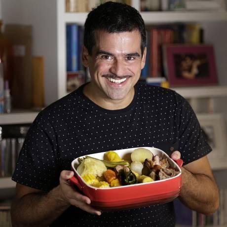 O músico Pedro Miranda e o seu cozido de festa Foto: Gustavo Miranda / Agência O Globo