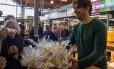 Ahmed oferece doces para o público Foto: PABLO PORCIUNCULA BRUNE / AFP