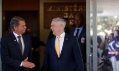 Mattis é cumprimentado por Silva e Luna Foto: ADRIANO MACHADO / REUTERS