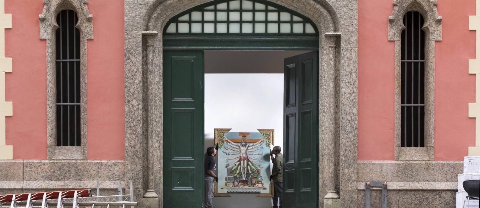 Equipe posiciona a tela 'Cruzando Jesus Cristo com Deusa Shiva' na EAV: obra de Fernando Baril foi acusada de 'blasfema' Foto: Ana Branco / Agência O Globo