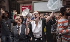 Protesto em frente ao Santander Cultural, em Porto Alegre, contra o cancelamento da 'Queermuseu' Foto: Cau Guebo/Raw Image/Agencia O Globo / Agência O Globo