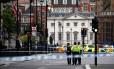 A ruas próximas ao Parlamento britânico foram isoladas após a colisão Foto: HANNAH MCKAY / REUTERS