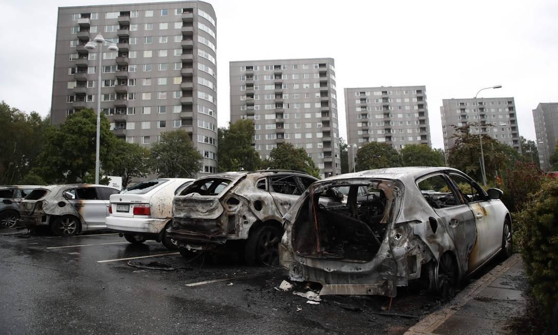 Jovens incendiam cem carros em madrugada violenta na Suécia