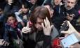 Cristina Kirchner deixa apartamento em direção a prédio da Justiça Federal Foto: EITAN ABRAMOVICH / AFP