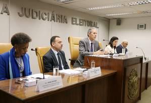 General Richard Nunes e o presidente do TRE-RJ Carlos Eduardo da Fonseca Passos, no centro Foto: Divulgação TRE