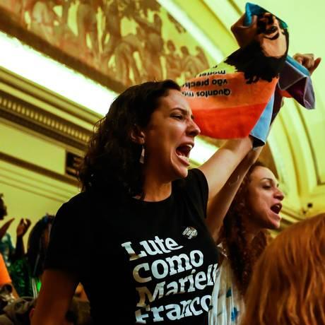 Votação definitiva de cinco Projetos de Lei de Marielle na Câmara, Monica, viúva da vereadora, comemora na Câmara dos Vereadores Foto: Marcelo Regua / Agência O Globo