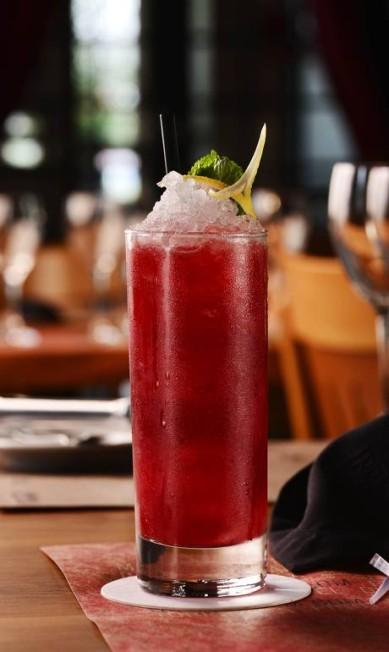 Knicker Bocker. Rum envelhecido sete anos, suco de limão, purê de frutas vermelhas e Angustora Bitter (R$ 25): sugestão do Barra Grill Steakhouse Marcelo Cabral / Divulgação