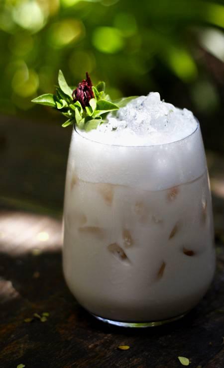 Sosa. Batizado em homenagem à cantora Mercedes Sosa, o drinque do Pobre Juan tem rum branco, limão, leite de coco e hibiscos (R$ 24,90) Foto: Vini Schroeder / Divulgação