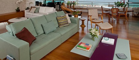 Andrea Chicharo suavizou o living com o sofá colorido Foto: Divulgação/Rodrigo Azevedo