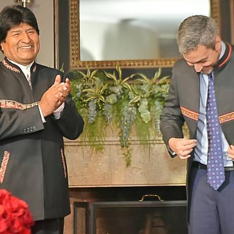 Em Assunção para a posse nesta quarta do novo presidente paraguaio, Mario Abdo Benítez, Morales aplaude o anfitrião vestido com o paletó que lhe deu de presente Foto: HANDOUT / REUTERS