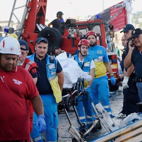 Funcionários de resgate carregam corpo de vítima em Gênova Foto: MASSIMO PINCA / REUTERS