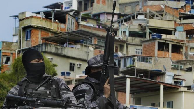 Polícia em ação no vidigal nesta terça-feira Foto: Antonio Scorza / Agência O Globo