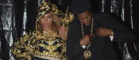 Beyoncé usa Versace ao lado de Jay-Z Foto: Cortesia Versace