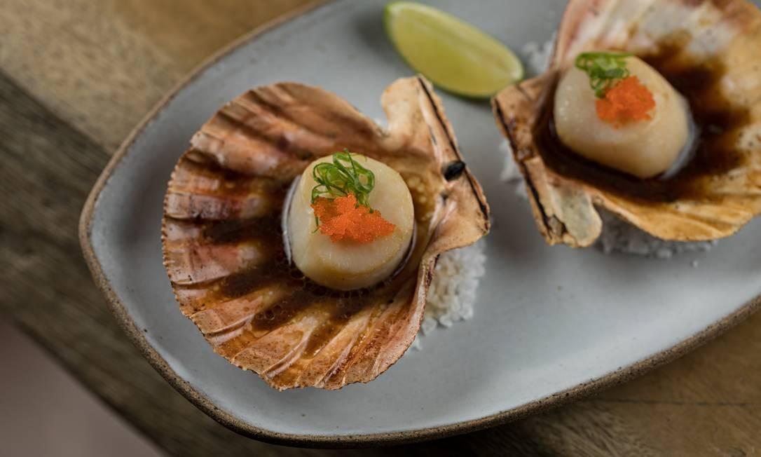 Shisho. Hotategai dashi yaki: vieiras grelhadas servidas na concha ao molho shoyo dashi Foto: Rodrigo Azevedo / Divulgação
