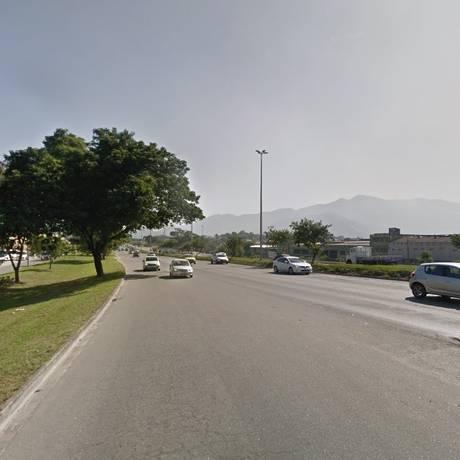 A Avenida Brasil, por onde a vítima transitava antes de entrar na comunidade Foto: Google Street View / Reprodução