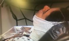 Um dos feridos é atendido numa ambulância do Corpo de Bombeiros Foto: GloboNews / Reprodução