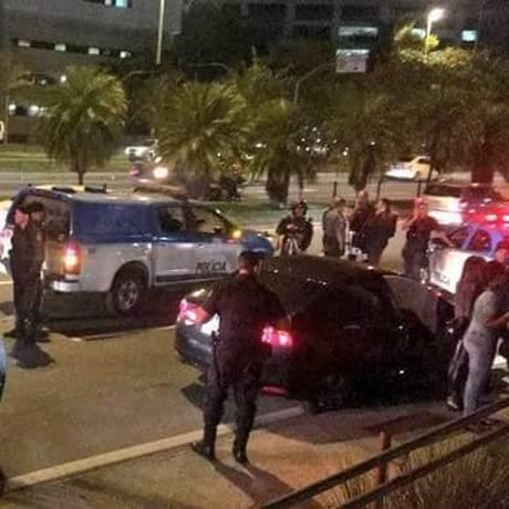 Carro onde estava funcionário da Cesgranrio morto é periciado Foto: Reprodução / Jacarepaguá Notícias RJ