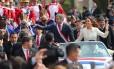 Após cerimônia de posse em Assunção, presidente Mario Abdo Benítez acena para a população ao lado da nova primeira-dama, Silvana Lopez Moreira Foto: MARCOS BRINDICCI / REUTERS