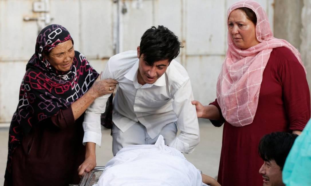 Família chora perda de uma das vítimas de explosão em Cabul Foto: MOHAMMAD ISMAIL / REUTERS