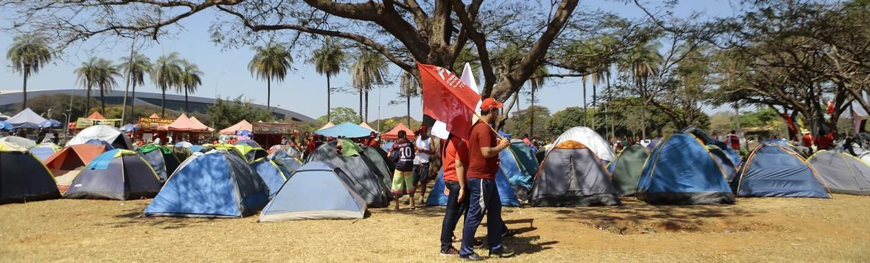 pa - Brasília (DF), 15/08/2018, PT / Candidatura - Acampamento em frente ao Estádio Mané Garrincha, onde militantes pró-Lula se reúnem para a preparação da passeata até o TSE. Foto: Jorge William Foto: Jorge William / Jorge William