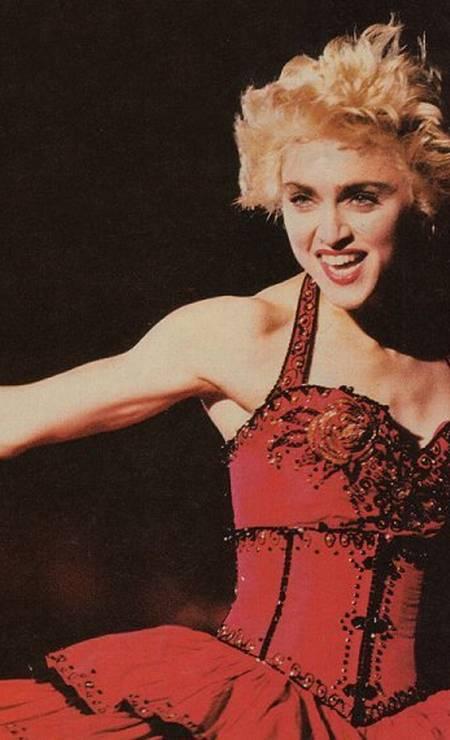 """Em 1987, ela caía na estrada com a sua primeira turnê mundial, """"Who's That Girl"""". O espetáculo inovou ao viajar o mundo com uma grande estrutura feita para estádios e uma intensa troca de figurinos, como este da foto Foto: Reprodução"""
