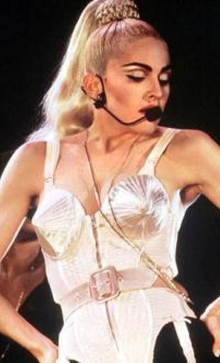 """A artista foi assunto no mundo inteiro com a sua polêmica turnê """"Blond Ambition"""" (1990). Entre as coreografias, havia uma cena em que ela simulava uma masturbação no palco. Mas o show também nos deu uma das imagens mais icônicas de sua trajetória: o corpete criado por Jean Paul Gaultier Foto: Divulgação"""