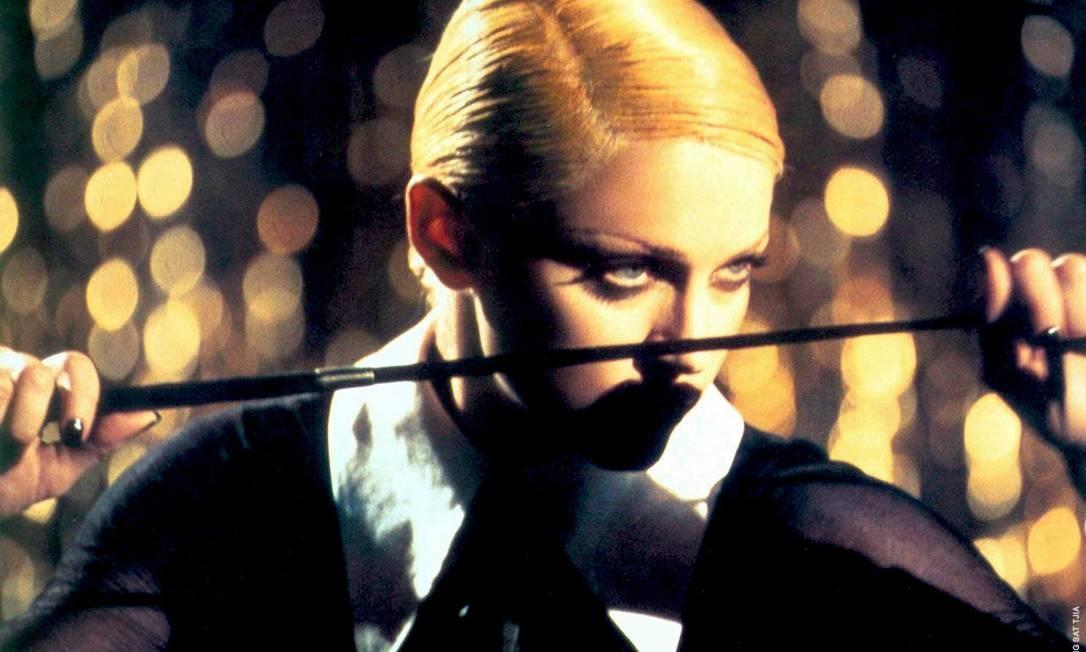 """A cantora lançou, em 1992, duas bombas: o clipe da música-título de seu mais novo disco """"Erotica"""" (foto) e o livro """"Sex"""". Com cabelos bem curtos e platinados, ela influenciou a moda com o estilo sadomasoquista Foto: Divulgação"""